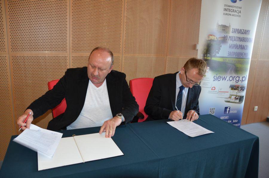 Podpisanie porozumienia w sprawie określenia wzajemnej współpracy pomiędzy Stowarzyszeniem Integracja Europa-Wschód a Uniwersytetem Jana Kochanowskiego w Kielcach